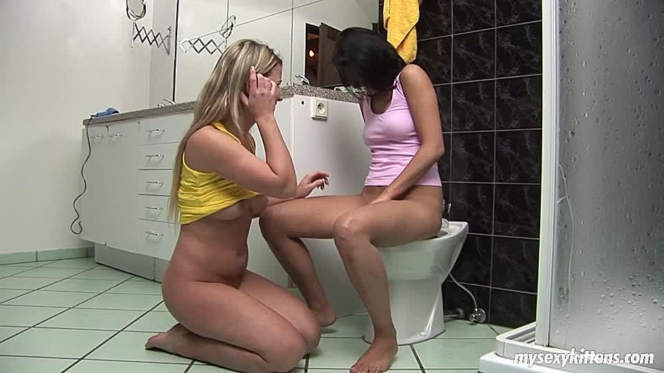 Lesben haben Sex in einem Badezimmer